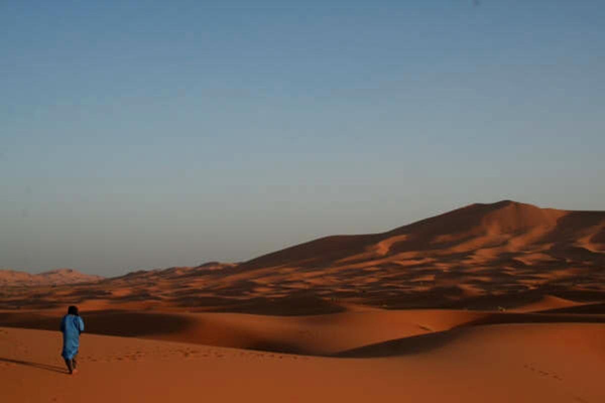 schilderachtige foto van een vrijwilliger in de woestijn in Marokko