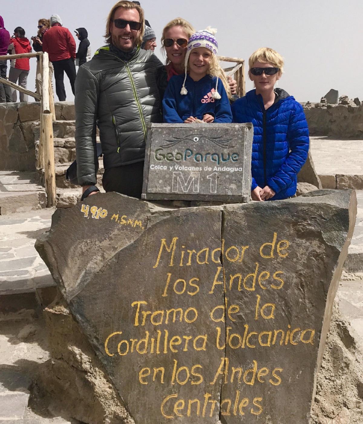 Bart en gezin op de topvanhet Andes gebergte