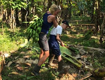 Moeder Fabienne en zoon Gilles aan het werk in het Amazonewoud Peru
