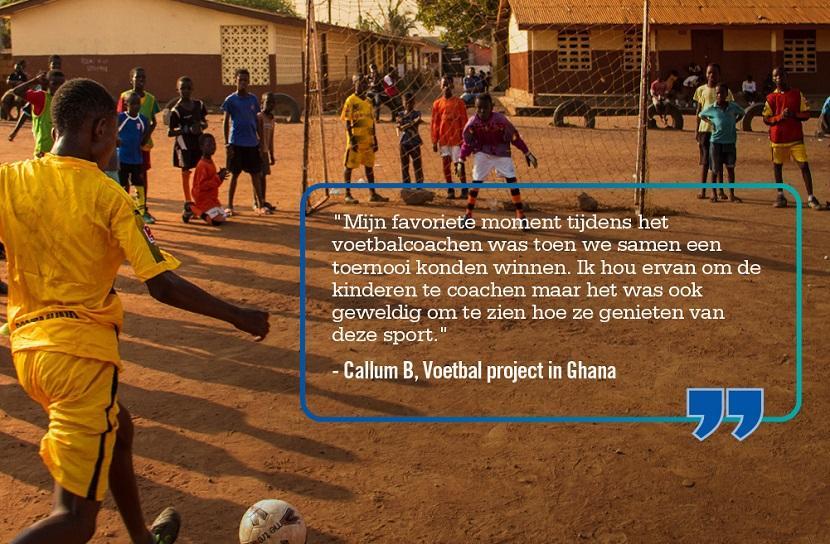 Quote van een vrijwilliger op het voetbal project wordt vermeld op een foto waar kinderen in Ghana voetbal spelen tijdens een groepsreis voor jongeren.
