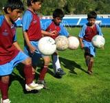 Fussball spielende Frauen in Peru