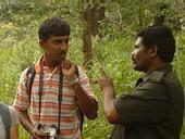 Pabbu, Desk Officer in Indien, im Gespräch mit einem Ranger
