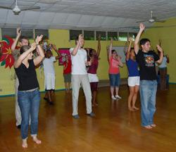 Freiwillige lernen Reggae Dance