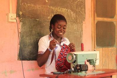 Victoria Oduro, eine Schneiderin in Ghana stellt Kleidungsstücke lokal her für den Europäischen und den US Markt.