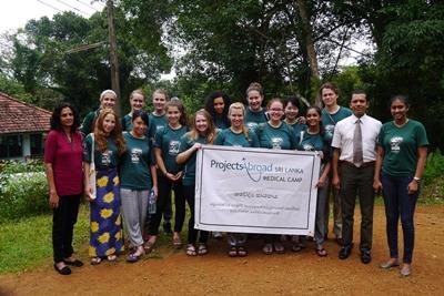 Projects Abroad Freiwillige des Medizinprojekts mit einheimischen Doktoren beim medizinischen Außeneinsatz außerhalb von Colombo