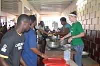 Unser Team versorgt Obdachlose am Welt Obdachlosen Tag│Projects Abroad