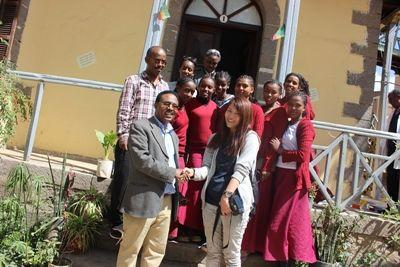 Projects Abroad Freiwilliger, Yuka Owaki aus Japan, mit Kitarbeitern und Schülern an der Yelebe Fana Schule in Äthiopien