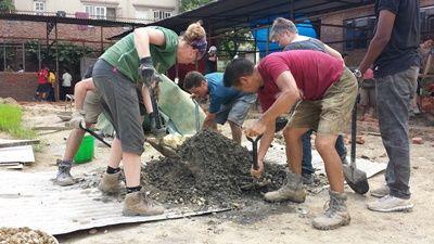 Projects Abroad - Freiwillige hilft beim Wiederaufbau von Schulen und Toiletten im Katastrophenhilfe – Projekt