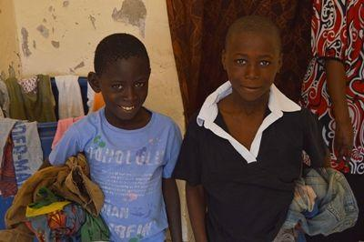 Talibé Jungen lachen, nachdem sei neue Kleidung von Projects Abroad in Saint Louis, Senegal erhalten haben