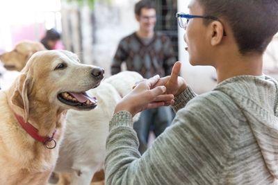 Mariana Ferrero, Gründerin und Cheftherapeutin der Fundación Jingles in Córdoba, Argentinien bei der Arbeit mit Therapiehunden