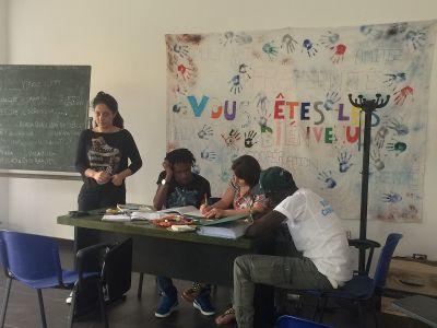 Freiwillige unterrichtet Flüchtlinge in Italien im Flüchtlingshilfe-Projekt, Projects Abroad