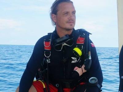 Projektleiter Roger Bruget auf einem Boot im Naturschutz – Programm in Kambodscha mit Projects Abroad