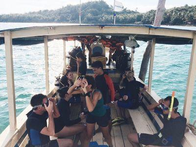 Eine Gruppe von Freiwilligen auf einem Boot kurz vor einem Tauchgang im Naturschutz – Programm in Kambodscha mit Projects Abroad