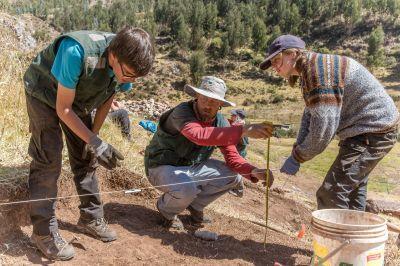 Freiwillige im Archäologie – Projekt vermessen die Ausgrabungsstätte in Sacsayhuaman, Peru