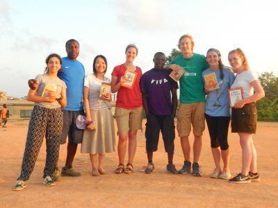 Freiwillige in Ghana an einem Lesetag auf dem Fußballplatz in Ghana