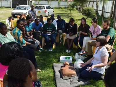 Freiwillige im Medizin – Praktikum Annie Doran schult die Mitarbeiter unserer Partnerorganisationen in Nanyuki, Kenia