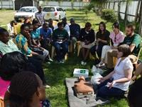Freiwillige aus Irland spendet Verbandskästen an Projektpartner in Kenia