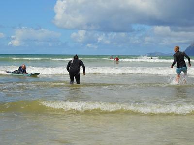 Ashtan surft die perfekte Welle
