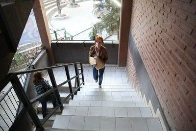 Melanie Hazenberg aus Holland verteilt den Cochabanner in der Universität