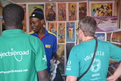 Bewohner des Lepra – Dorfs zeigt den Freiwilligen seinen Laden