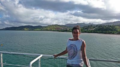 Büroleiterin Caprice auf einem Boot auf den Fidschi-Inseln