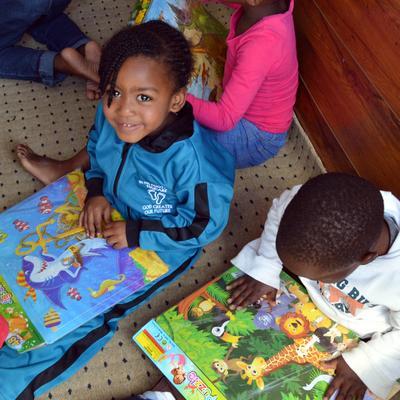 Zwei Kinder lesen in den gespendeten Büchern