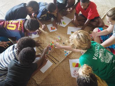 Auf den Fidschi - Inseln organisieren unsere Freiwilligen ein Ferienprogramm für Kinder