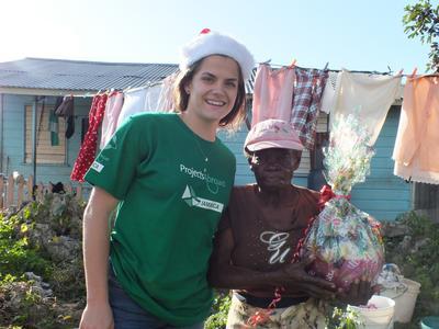 Unsere Freiwillige hat diese ältere Dame in Jamaika mit einem Weihnachtsgeschenk überrascht.