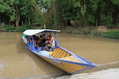 Reise mit einem Boot ins Taricaya-Reservat in Peru.