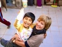 Da Simone spiste termitter, sandboardede, lærte et barn at gå og lærte spansk