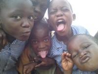 Glade børn i Ghana, der alle råbte `ubruni, ubruni´