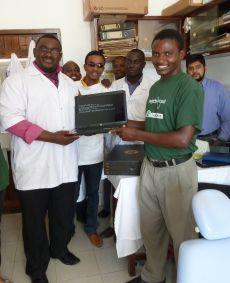 Her modtager Chris sin nye computer, som blev doneret af Louise samt Louises venner og familie