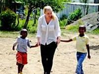 Katarina arbejder med forældreløse børn i Kenya