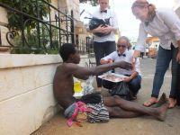 Frivillige uddeler mad og god stil til hjemløse i Jamaica