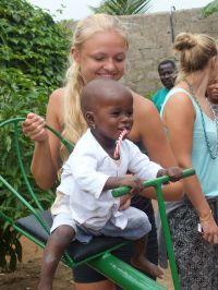 Danske frivillige donerer legeplads til børnehjem i Togo