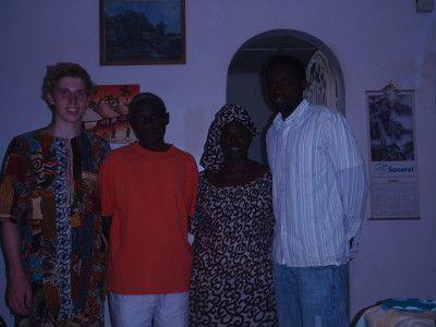 """Min familie og jeg. Jeg har en religiøs dragt, ved navn """"Njahrash"""" (ikke korrekt stavemåde), som min trommelærer havde foræret mig."""