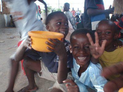 Nogle af de yngste Talibéer der snart skal have deres eftermiddagsmåltid