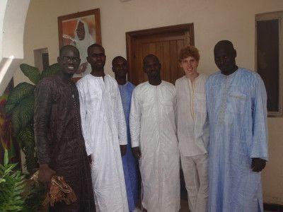 Sakis Tanor står yderst til venstre mens hans storebror stor yderst til højre. Taget efter at vi havde været i moské til Tabaski.