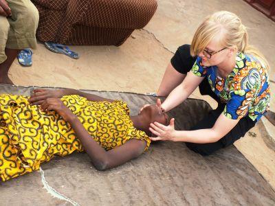 Dansk frivillig behandler kvinde i Vestafrika
