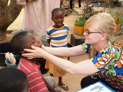 Frivillig arbejder med medicin i Togo