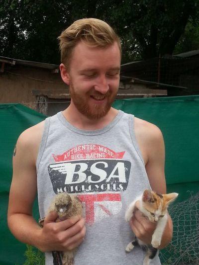 Frivillig med små dyr på Pumakawa
