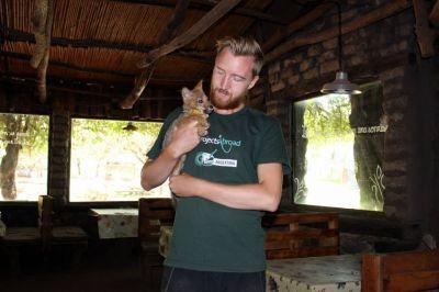 Frivillig med dyreunge på Pumakawa