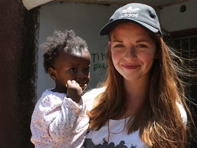 Frivillig holder kenyansk pige