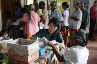 lokal kvinde får målt blodsukker