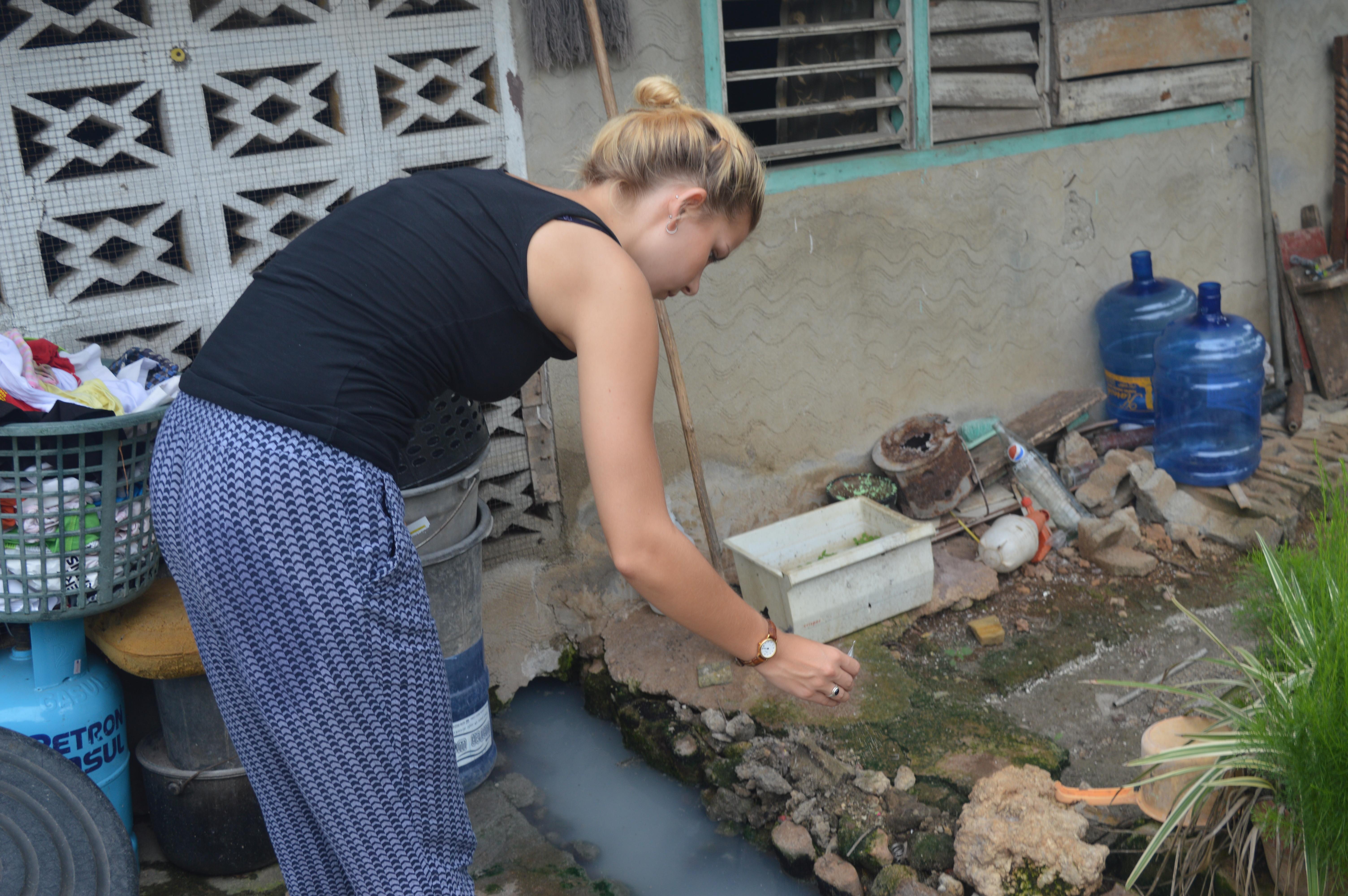 Projects Abroads frivillige demonstrerer overfor lokale familier hvordan man anvender larviciderne i hjemmet for at undgå spredning af Dengue-feber.