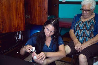 Frivillig arbejder med fysioterapi i Costa Rica