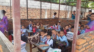 Julie hjalp til med undervisning på genopbygningsprojektet i Nepal