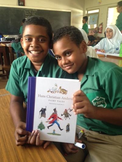 Drenge i Fiji læser eventyr
