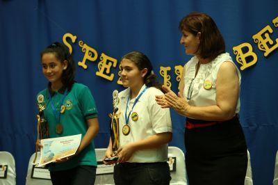 Engelsklærer uddeler præmier, cerifikater og medaljer til vinderen og 2. pladsen ved stavekonkurrencen i engelsk i Hereida