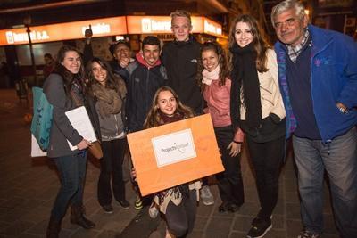 En gruppe frivillige fra Projects Abroad deltager i vores ugentlige outreach program for Cordobas hjemløse i forbindelse med deres arbejde på Menneskerettighedsprojektet i Argentina.